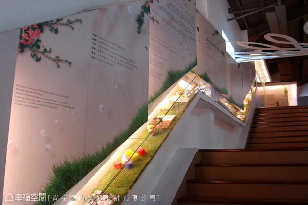 傳統用來串接上下樓層的樓梯,也被賦予知識傳遞的責任。拾級向上的步伐中,又增加了許多值得細看的風景。