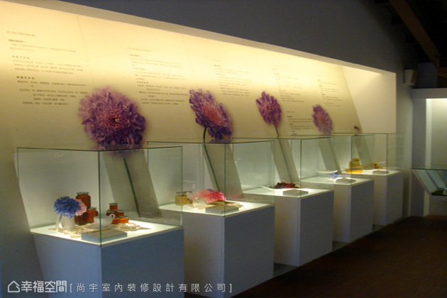 以展覽與推廣為主的二樓,規劃玻璃櫥窗及背板輔助說明,讓遊客更容易理解。