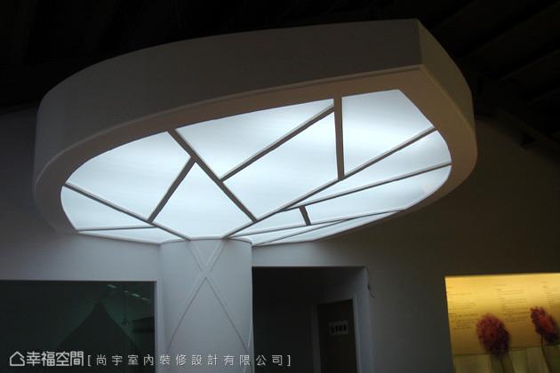特製的燈具營造樹葉意象,讓實用照明也有了與主軸呼應的特色。