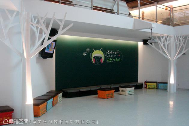 觀光工廠主要會以學生和親子家庭參觀居多,因此也規劃出黑板和遊戲空間,讓人從輕鬆的互動裡,更進一步認識蜜蜂生態。