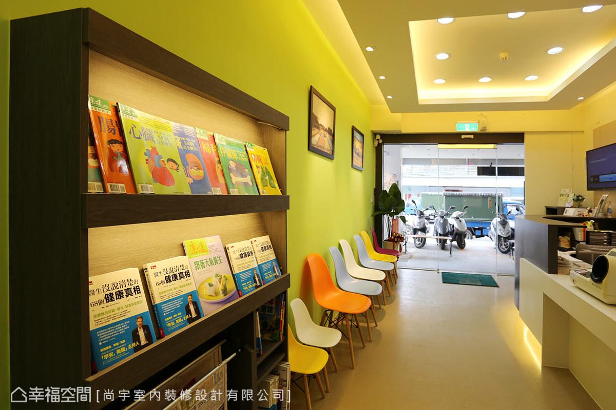 書報架是候診區必要的實用機能,內藏燈管提供照明,也讓空間看來更為溫馨。