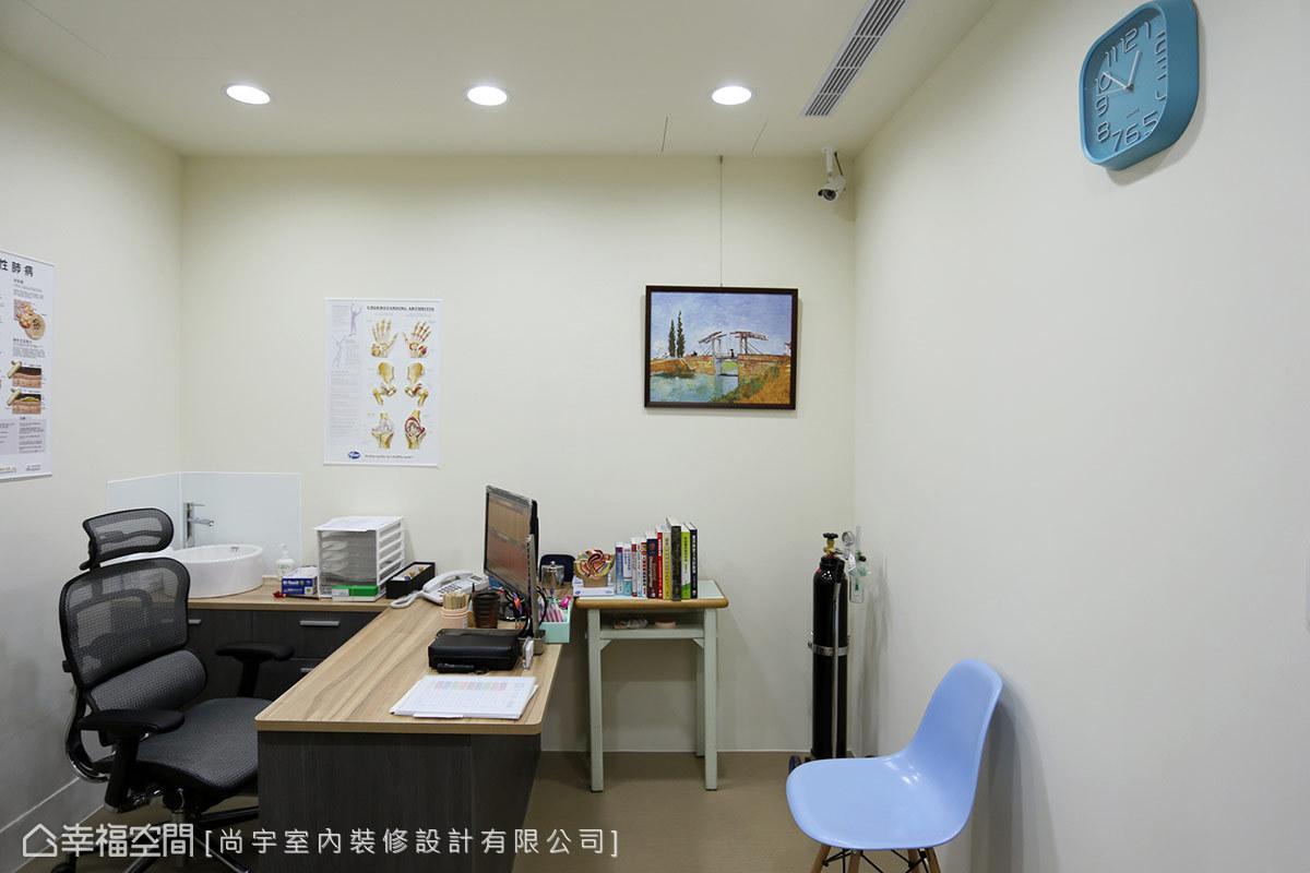 診間規劃容易談話的面對面座位,並以簡單明亮的佈置,呼應診所的專業形象。