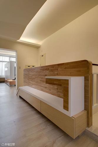 結合置物與穿鞋椅機能臥榻,線條簡練詮釋入室印象。