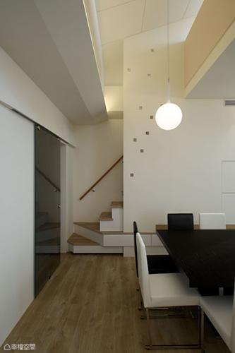 掌握穿、透、折、延四大重點,單一樓梯設計就可見到立面以鏤空圖騰,「透」入採光、「穿」梭出了童心視野。