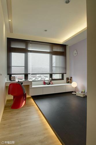 捨棄制式床架,蟲點子創意設計採以架高地坪處理,讓客房擁有更多彈性運用。