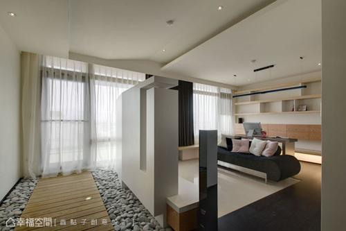 通往戶外陽臺的空間段落,鋪以木地板與鵝卵石的休閒,讓室、內外有了串聯性的延伸。