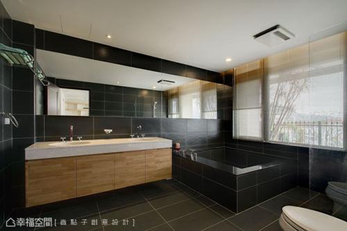 大尺度的衛浴空間,除可泡湯賞景還備有小便斗等貼心設備。
