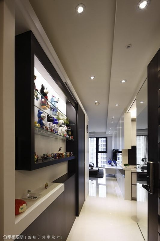 現代對比的造型設計中,整合公仔展示和出入小物的取放功能。