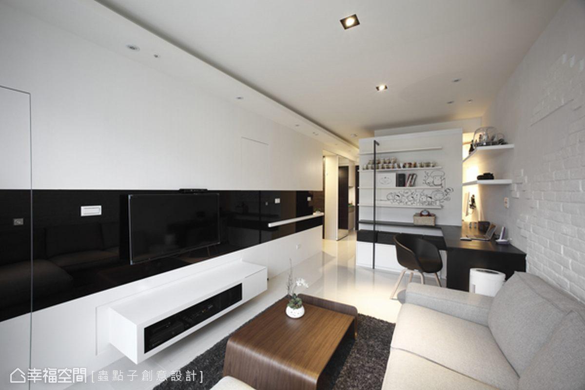 黑與白的擴展中,隱藏通往陽台和衛浴的門片,更顯得乾淨俐落。