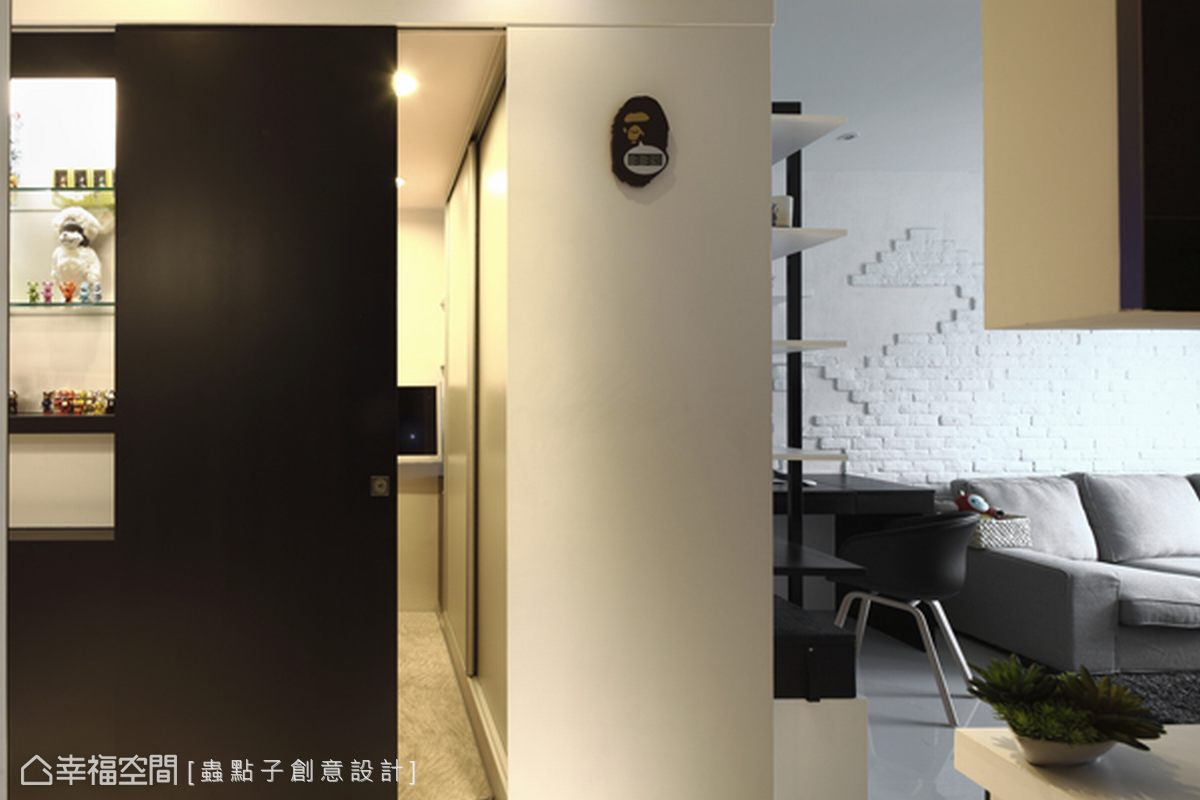 複合櫃既是臥房衣櫥,同時也是書架,為小坪數空間爭取最大的收納效益。