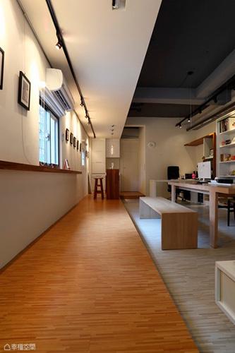 延續著戶外南方松木作感,進入Studio裡,架高區帶動出的人文軸線鋪訴藝廊氣息。