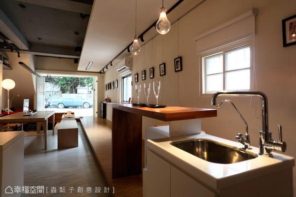 規置於廊道底景的吧檯,兼做入茶水間的多功機能,桌體層次錯落展現或站、或坐的愜心。