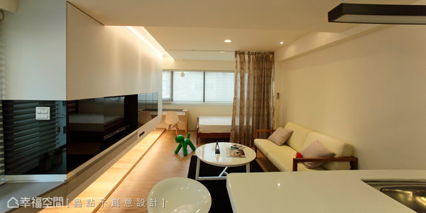 儲物、衣櫃與抽屜多功結合的電視主牆面,讓惱人的收納統合成為空間亮點。