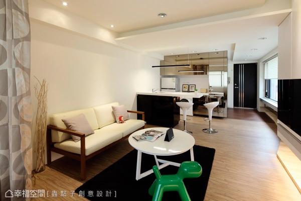 木質地板的溫潤,調和上黑白基底的冷調現代,形塑空間清爽質地。