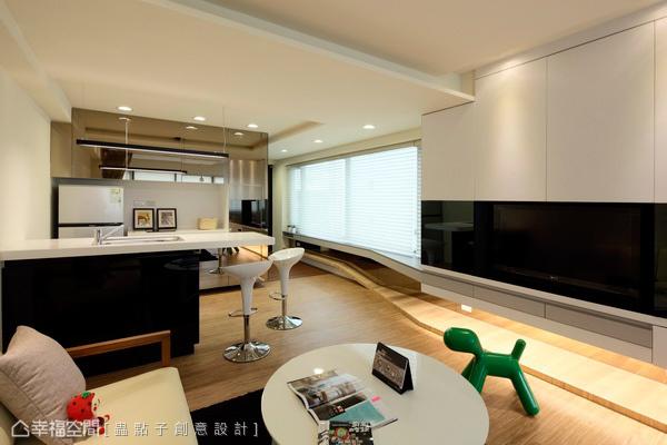 綜覽空間景深,大面開窗對應上烹調及吧檯區域,倚光、倚景獨享單身幸福。