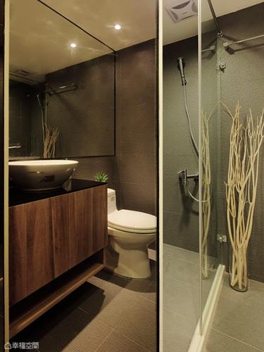 板岩磚的休閒感加上乾溼分離空間規劃,小宅也有舒適的衛浴享受。