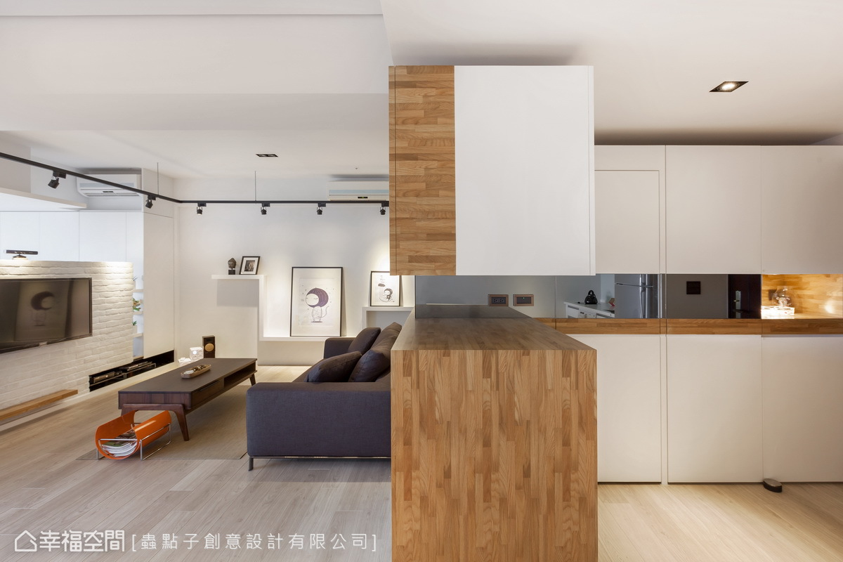 玄關上下分段的櫃體,以及中間鏤空及鏡面的設計,掌握了虛實變化,更營造視覺上的輕盈感。