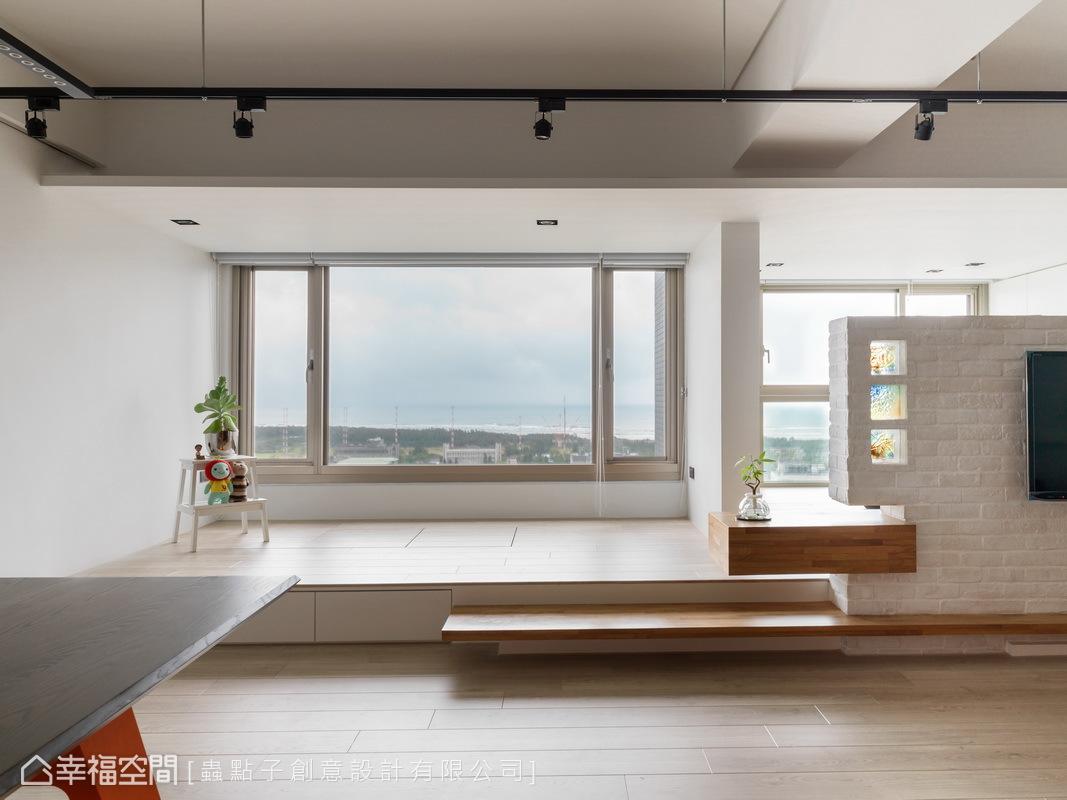 靠窗區以架高的手法增添空間的層次感,也同時兼具收納上的生活需求,遙望窗外,更能俯瞰優美的淡水河景緻。