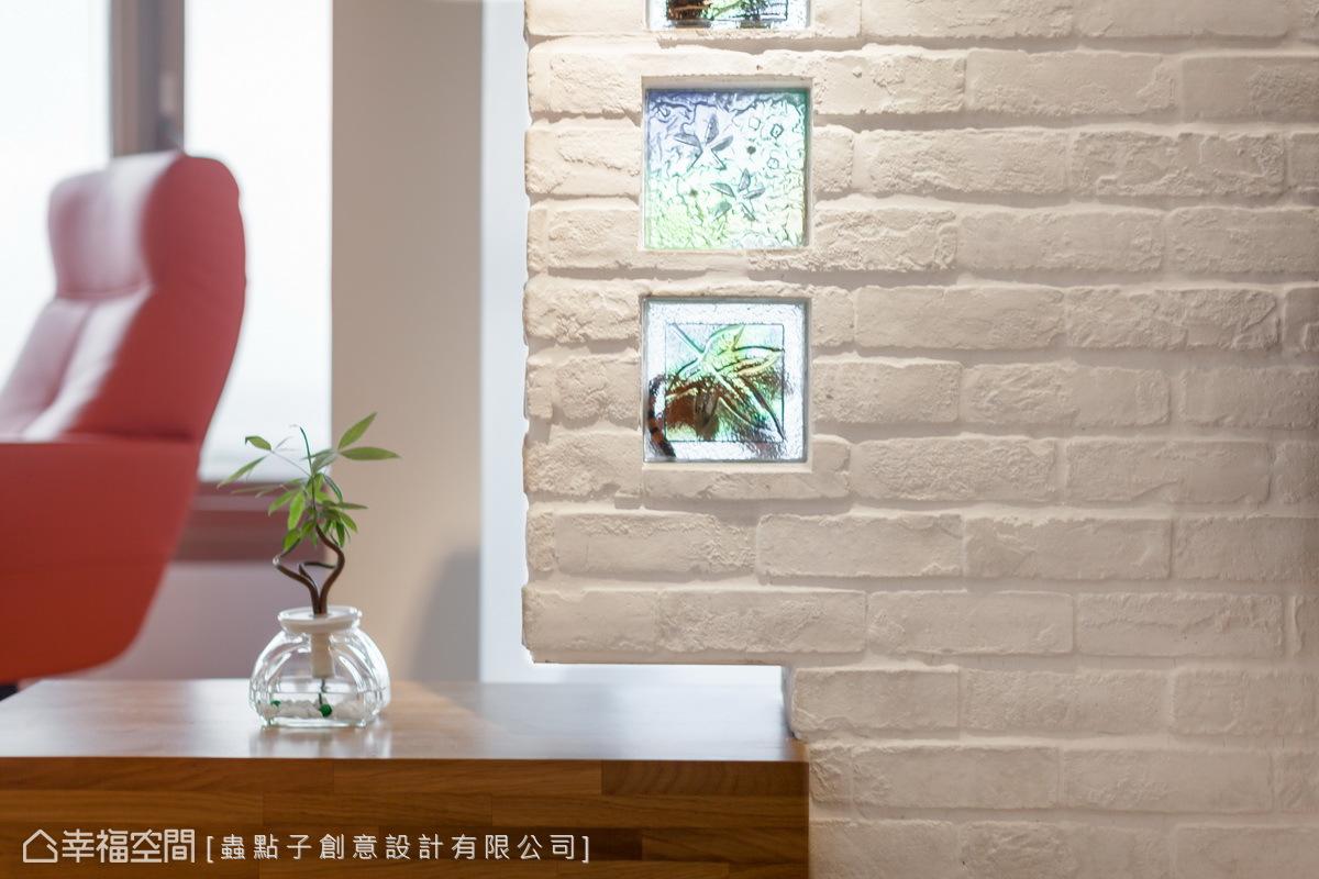 保留原始屋內的玻璃磚,作為電視牆的鑲嵌元素,讓新舊美感完美融合。