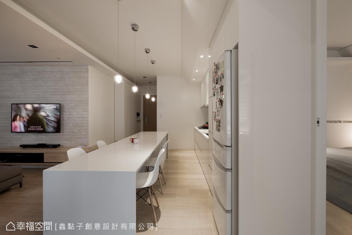 設計師鄭明輝營造怡然自在的生活場景,在餐吧區至入口的位置,形塑一條順暢的視覺動線。