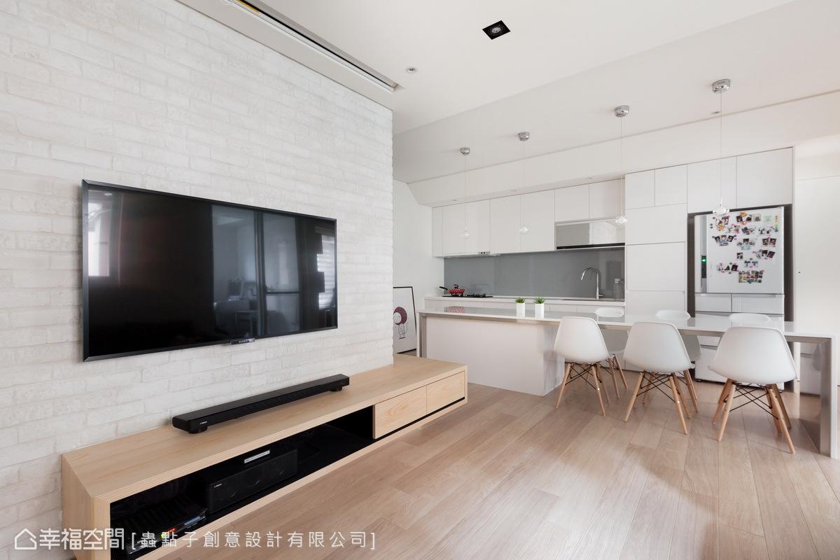 大幅調整客、餐廳的方位,掌握屋主實際的生活型態與行走動線。