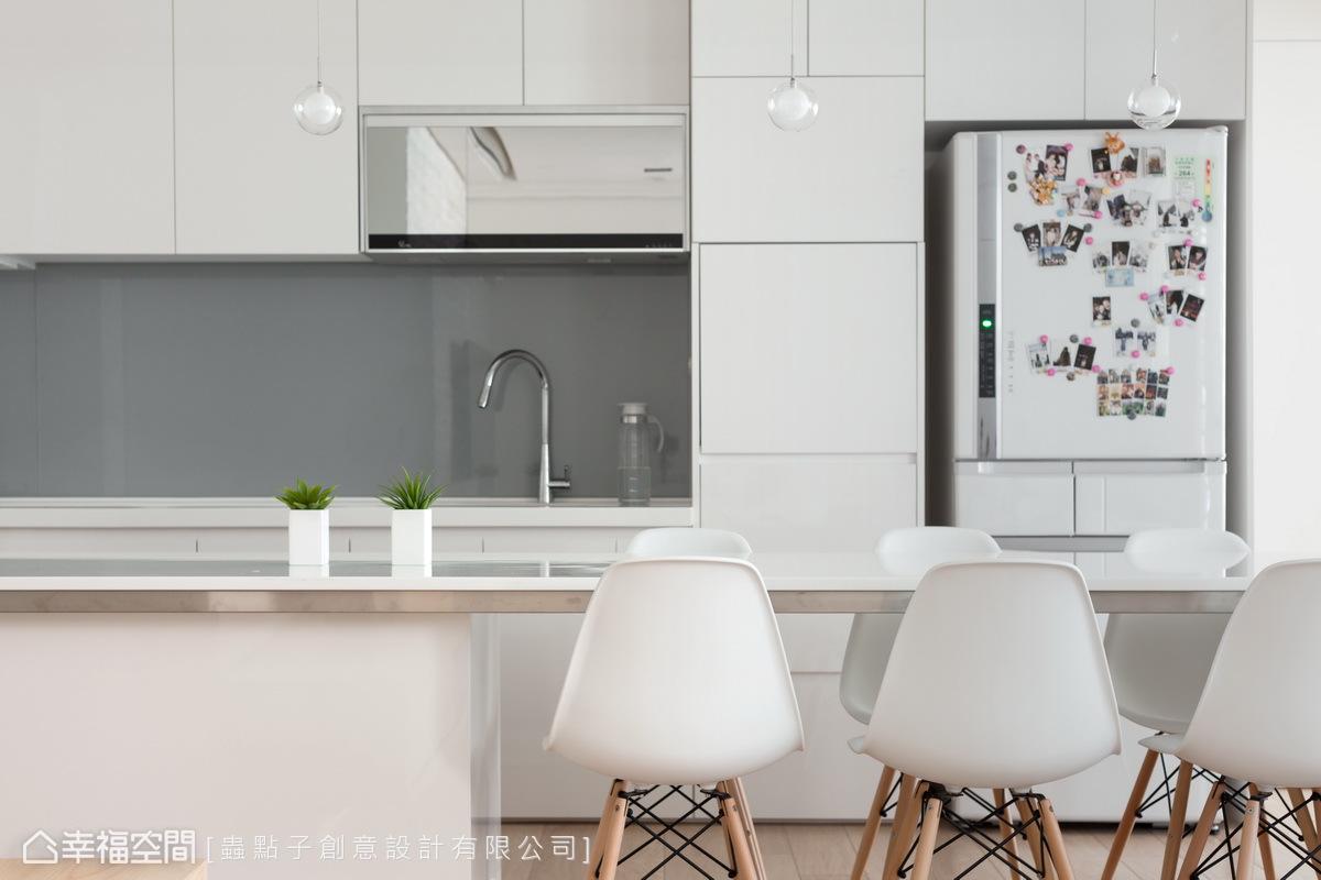 在開放式餐廚區中,購置設計師款的造形餐椅及吊燈,為空間增添時尚感與北歐氛圍。