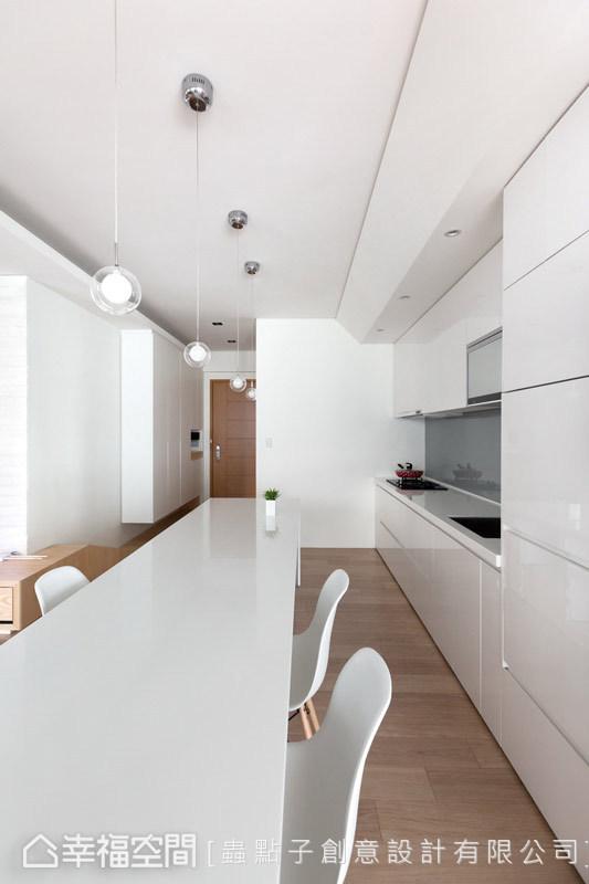 將餐吧空間相互連結,俐落的線面處理,營造視覺上的流暢感。