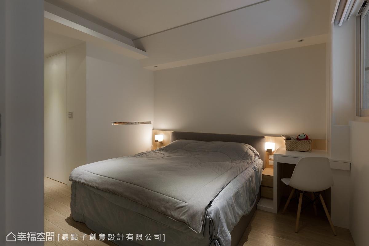 簡化繁瑣的線條,讓空間回歸純淨初始,與更衣室相連的牆面上,並構置鏤空的通風區,表現機能性與貼心細節。