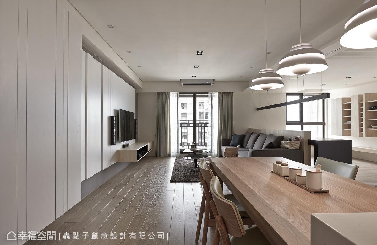 設計師鄭明輝在玄關左側,以俐落線條與溝縫的手法,鋪述鞋櫃與電視牆的表情,並著隨著光線的映照下,讓層次更加分明。
