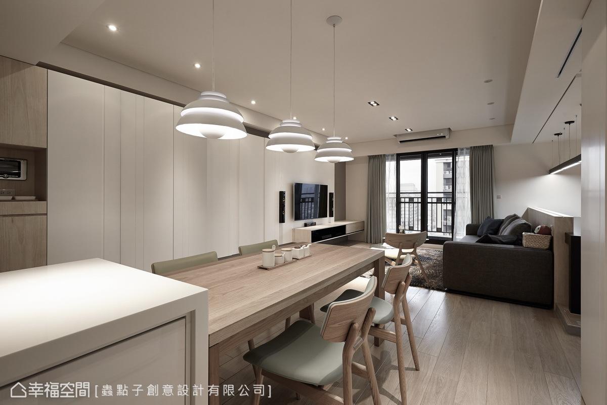 餐廳與客廳為同一條視覺軸線,並將廚房延伸的吧台與餐桌結合,呈現明亮開闊的視覺感受。