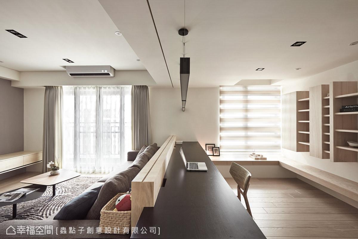 依照一家四口的實際需求,將書房納為公共空間的一部分,並在沙發短牆與天花板預留未來裝設隔間的溝縫,讓場域可以更加形隨機能與彈性。