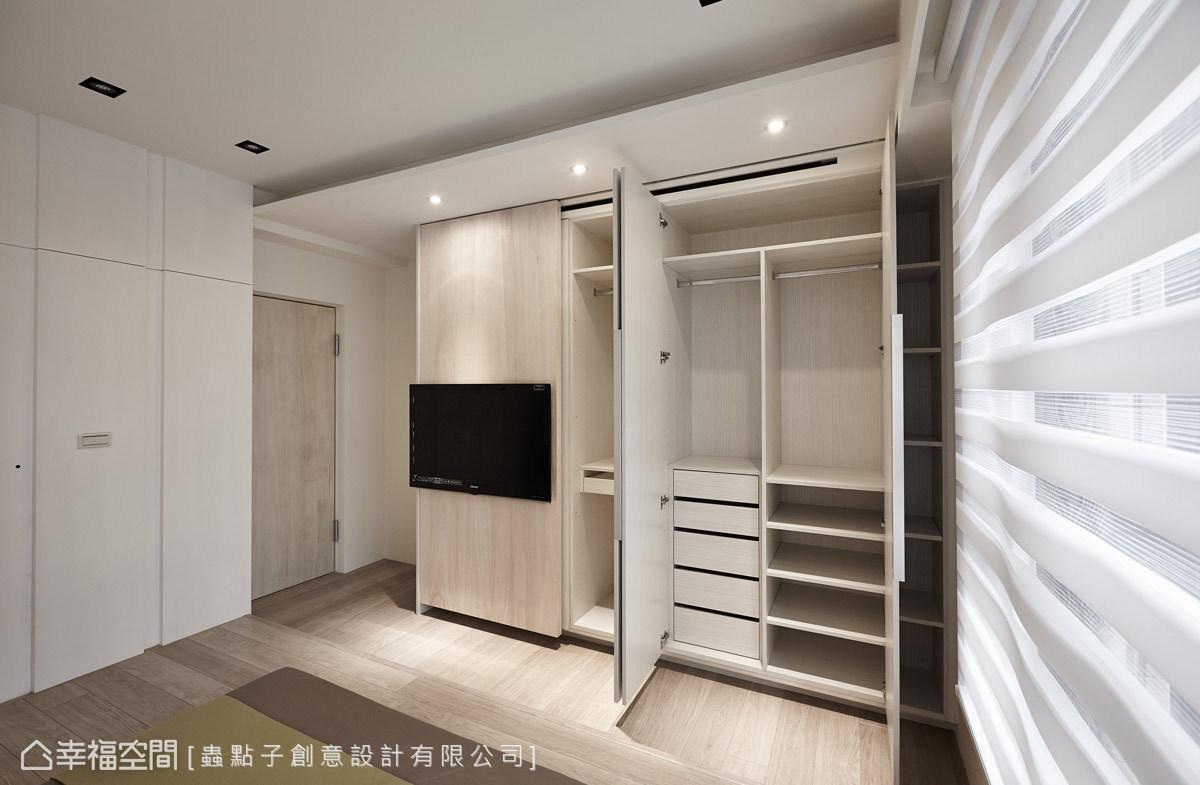 系統衣櫃結合電視牆的設計,確實掌握屋主預算與生活的機能性。