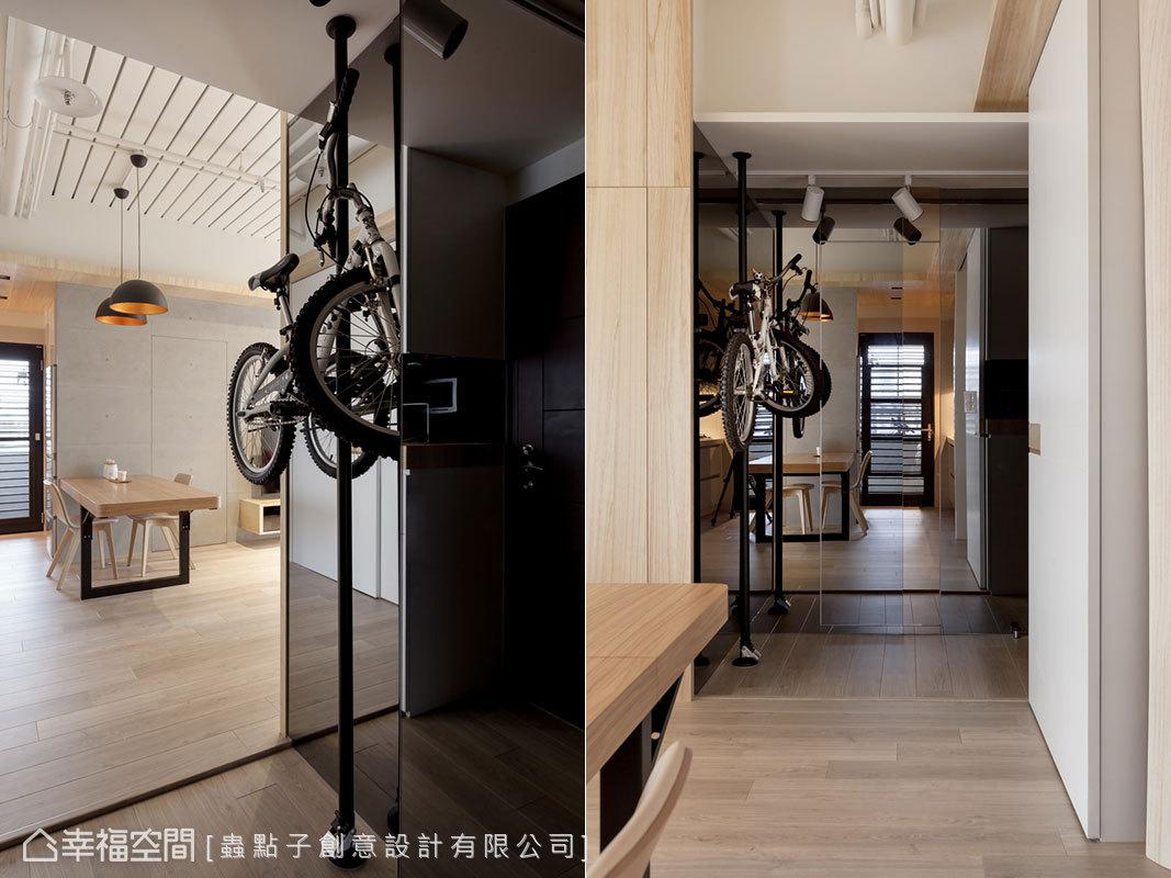 設置單車架減少佔用空間,創造端景效果;立面鑲貼灰鏡作為全身鏡,隱藏客衛門片外也提升放大視感。