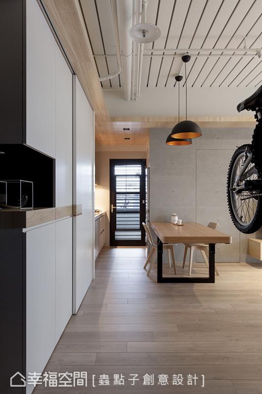 由於空間不大,擺放一張摺疊設計的餐桌,平時可輕易收整,展開後可容納5人用餐也不顯擁擠。