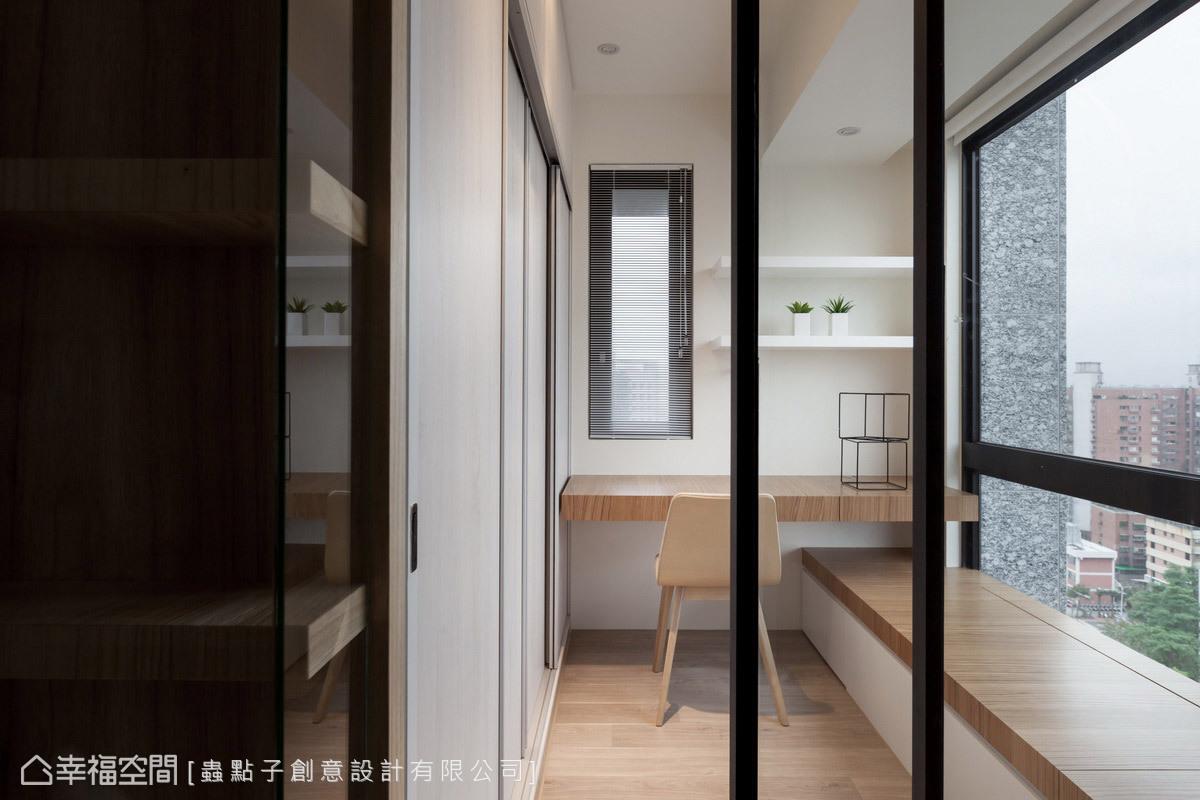 設置玻璃鐵件拉門界定書房空間,創造十足的通透感;搭配臥榻和衣櫥的設置,可變身成臨時客房。