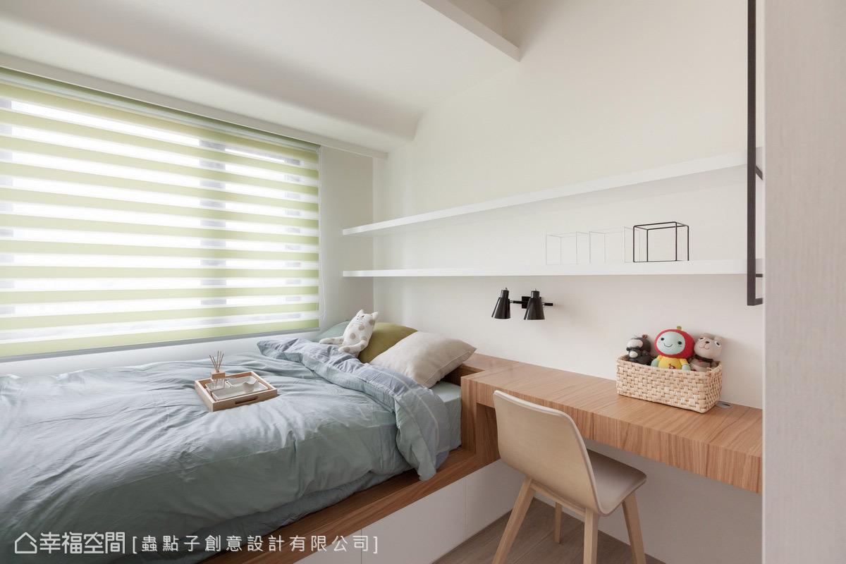 加寬的臥榻式床鋪下方設置收納格,床頭櫃合併書桌機能,以爭取更多使用空間和動線。