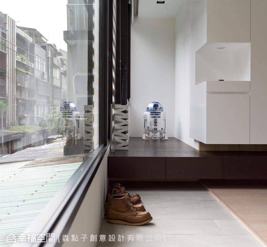 以異材質地坪作為場域分野界定,透過高低落差層次,形成舒適休閒的臥榻區,也帶來穿鞋椅功能。