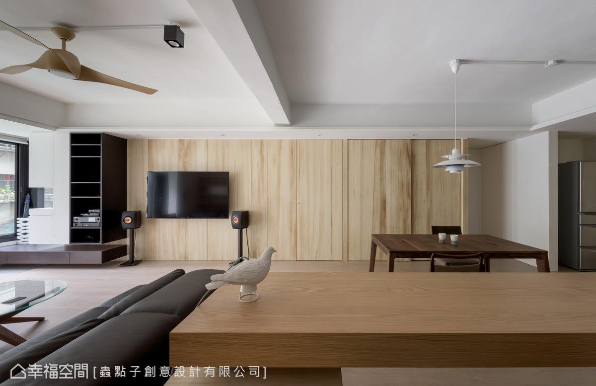 以木皮創造整齊劃一的立面造型,結合隱藏式暗門設計,讓主臥和儲藏室門片化於無形,視線得以往兩側延展。