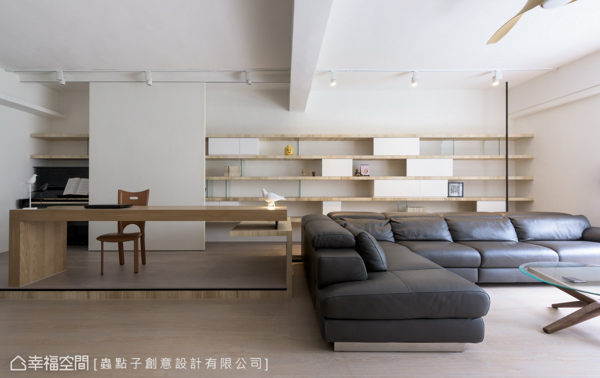 設置大面書牆和書桌,打造出大型書房區;架高的木地板作為場域界定,增加動線的趣味性。