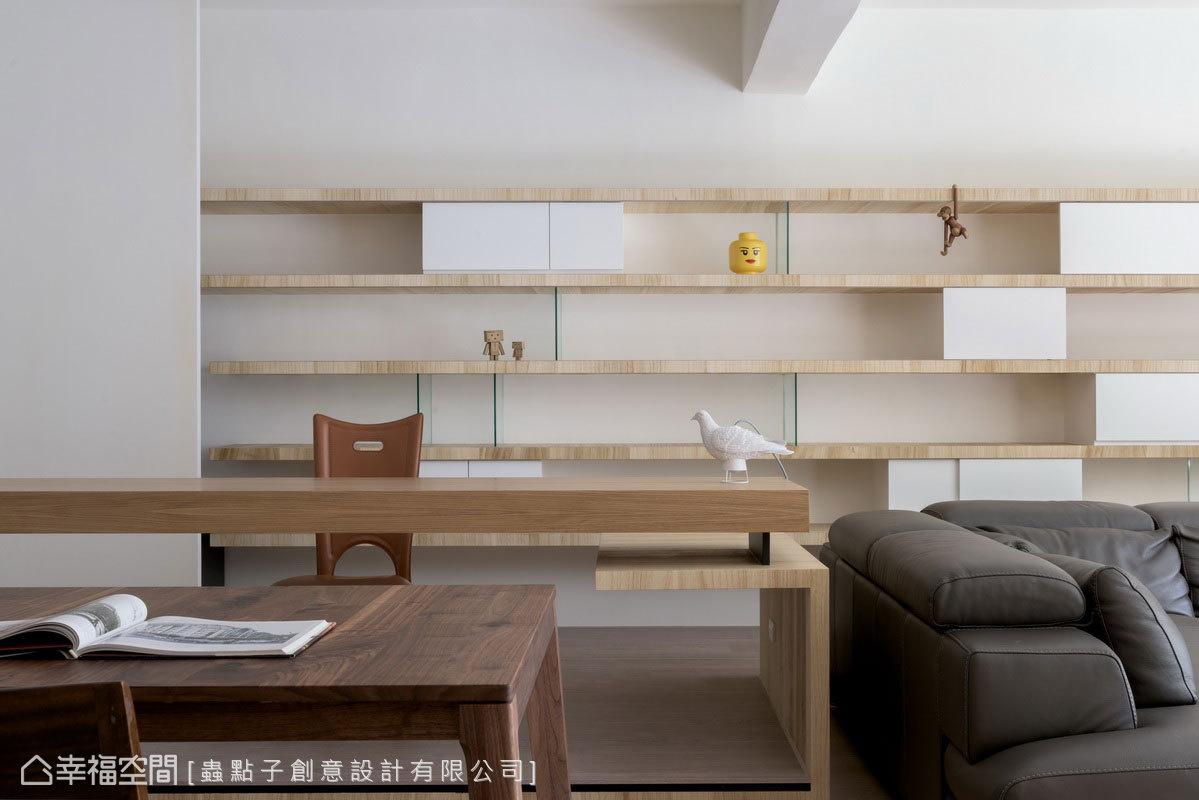 虛實變化的書櫃與木桌堆疊出交錯的線條,透過不同原木色澤及鐵件,增添線條層次之美。