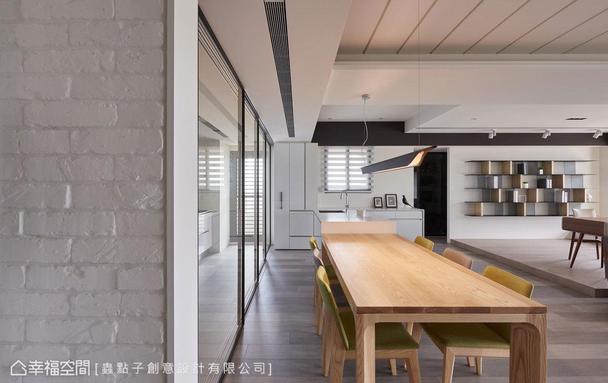 以鐵件拉門作為彈性隔間,時而串聯餐廳和書房區,時而獨立出餐廳和廚房空間。