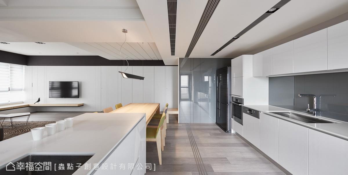 拆除廚房原先的隔間牆後,釋出開闊完整的空間;設置中島與實木活動餐桌相連,形成自由流暢的行走動線。