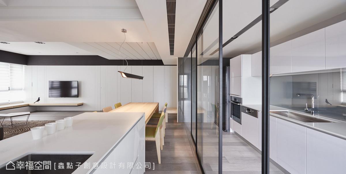 考量鐵件玻璃門較厚重,以精準的計算推演,讓重型軌道和五金零件深埋天花板和木地板內方便推移。