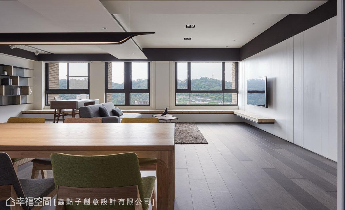 沙發後方的隔間牆拆除後,得以釋出完整的窗景,不僅讓餐廳擁有絕佳視野,也成為最美的生活背景。