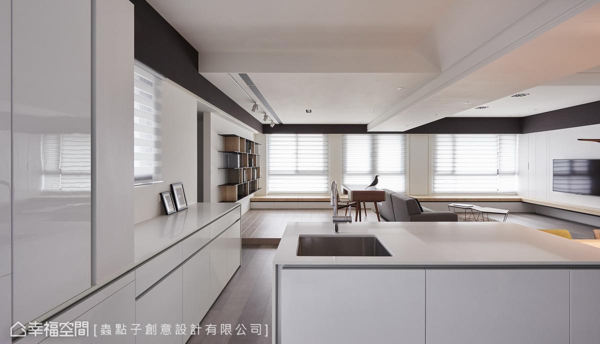 考量高樓層空間多樑柱,天花板以包覆手法呈現斜面設計,四周邊緣利用黑色框邊,整合不同高低落差的視覺。