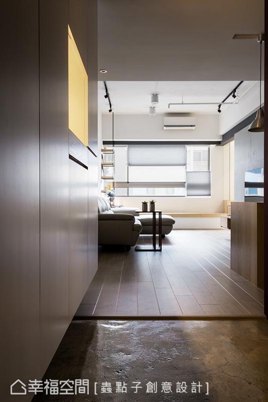 有別於室內鋪設木地板,將原有磁磚打毛後重新粉光,保留水泥原有的粗獷質感,界定出落塵區。