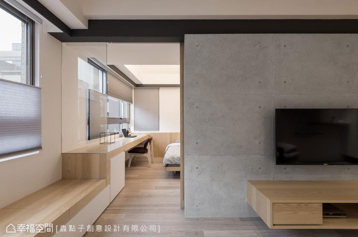臨窗設置延伸的臥榻貫穿室內,不僅串聯起客廳和主臥,同時讓戶外光線湧入室內。
