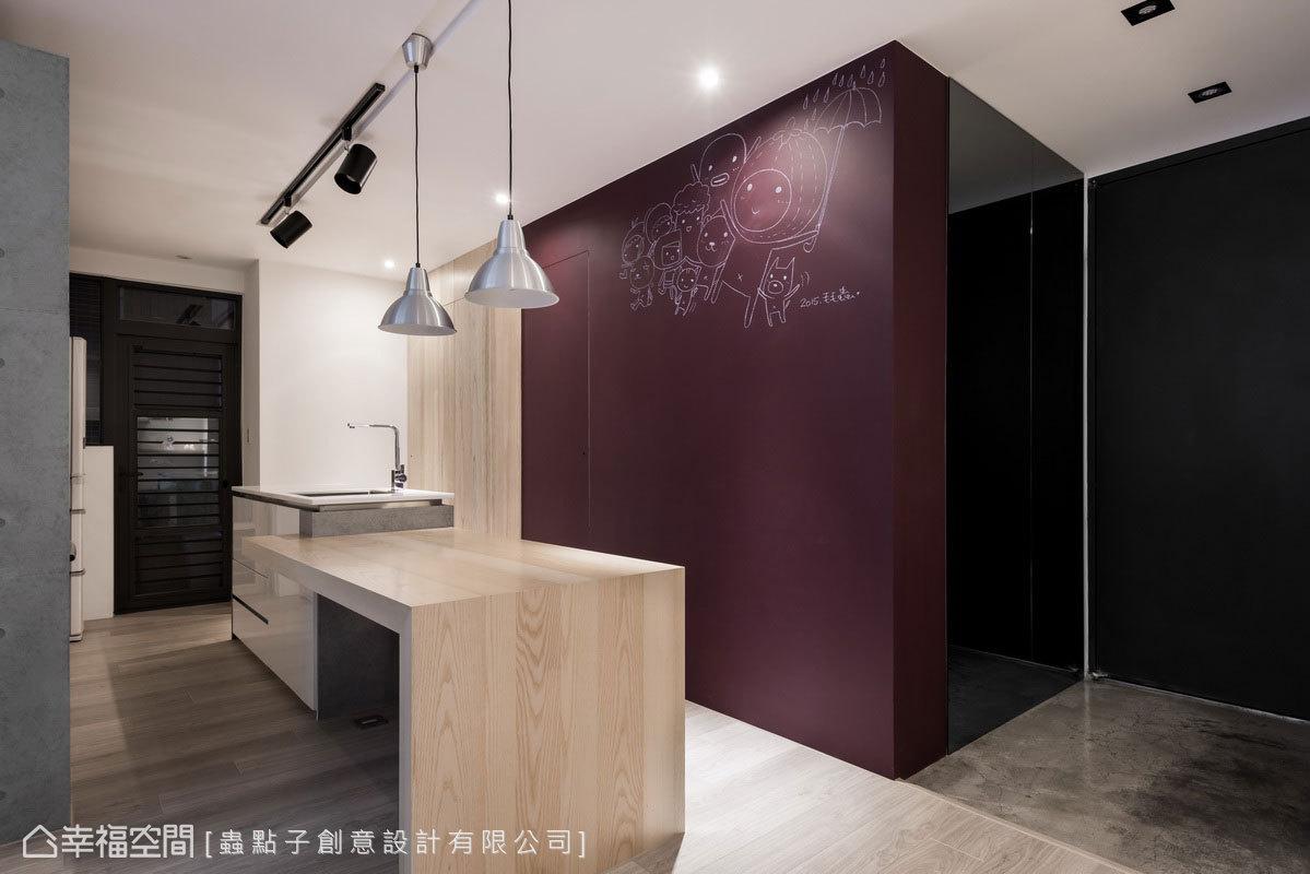 次臥入口牆面內縮,以拉齊立面線條,客衛和次臥門片歸整於同一牆面,讓格局更加方正。