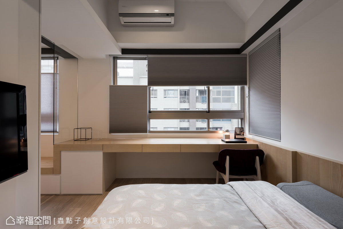 利用線條抬升讓臥榻轉變成書桌,帶來延伸的層次感;包覆式天花板呈現斜面設計,營造出視覺向上的挑高感。