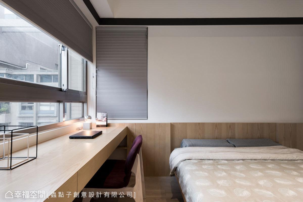 床頭半腰壁板以木皮與書桌串聯,形成上下分割比例;窗簾盒和天花板之間,利用黑色線框帶來一氣呵成的延伸效果。